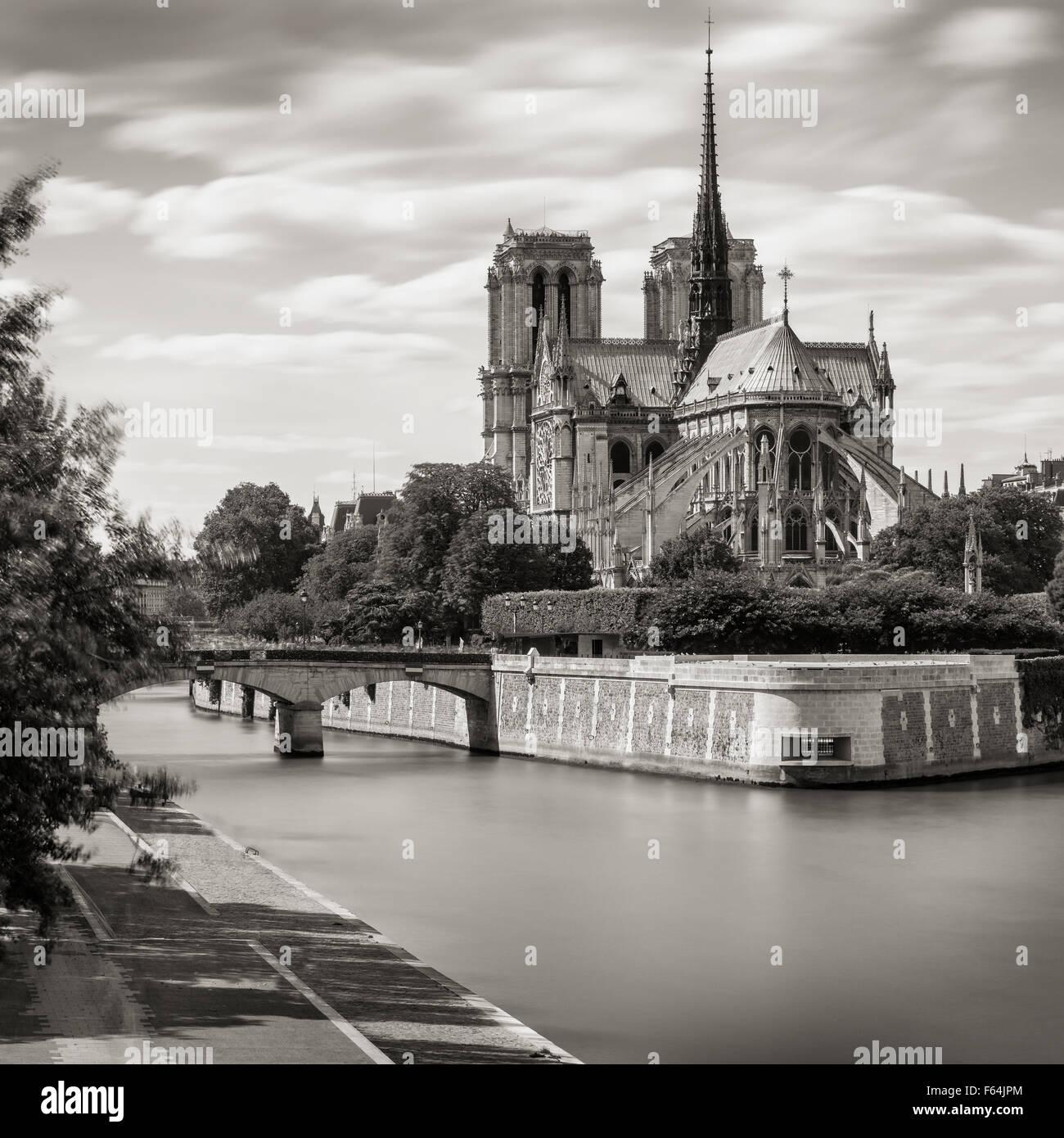 In bianco e nero di Notre Dame de Paris Cathedral sulla Ile de la Cite con la Senna e l'Arcivescovo's Bridge, Immagini Stock