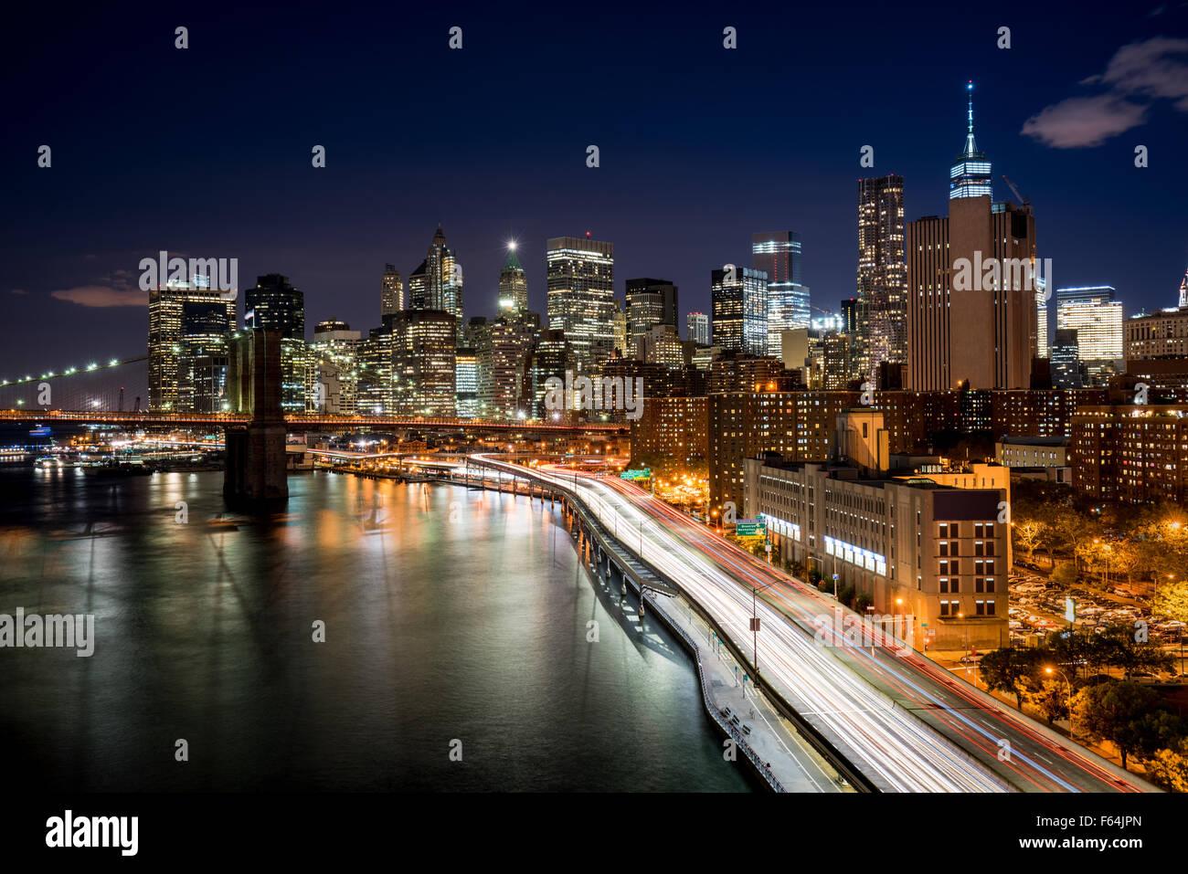 Paesaggio urbano di notte di Lower Manhattan distretto finanziario con i grattacieli illuminati e il World Trade Immagini Stock