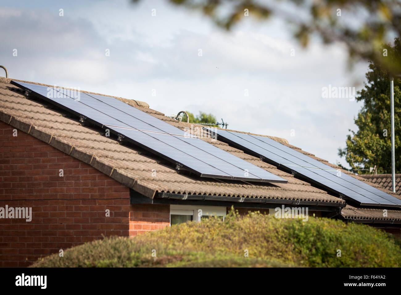 Pannelli fotovoltaici su un tetto Immagini Stock