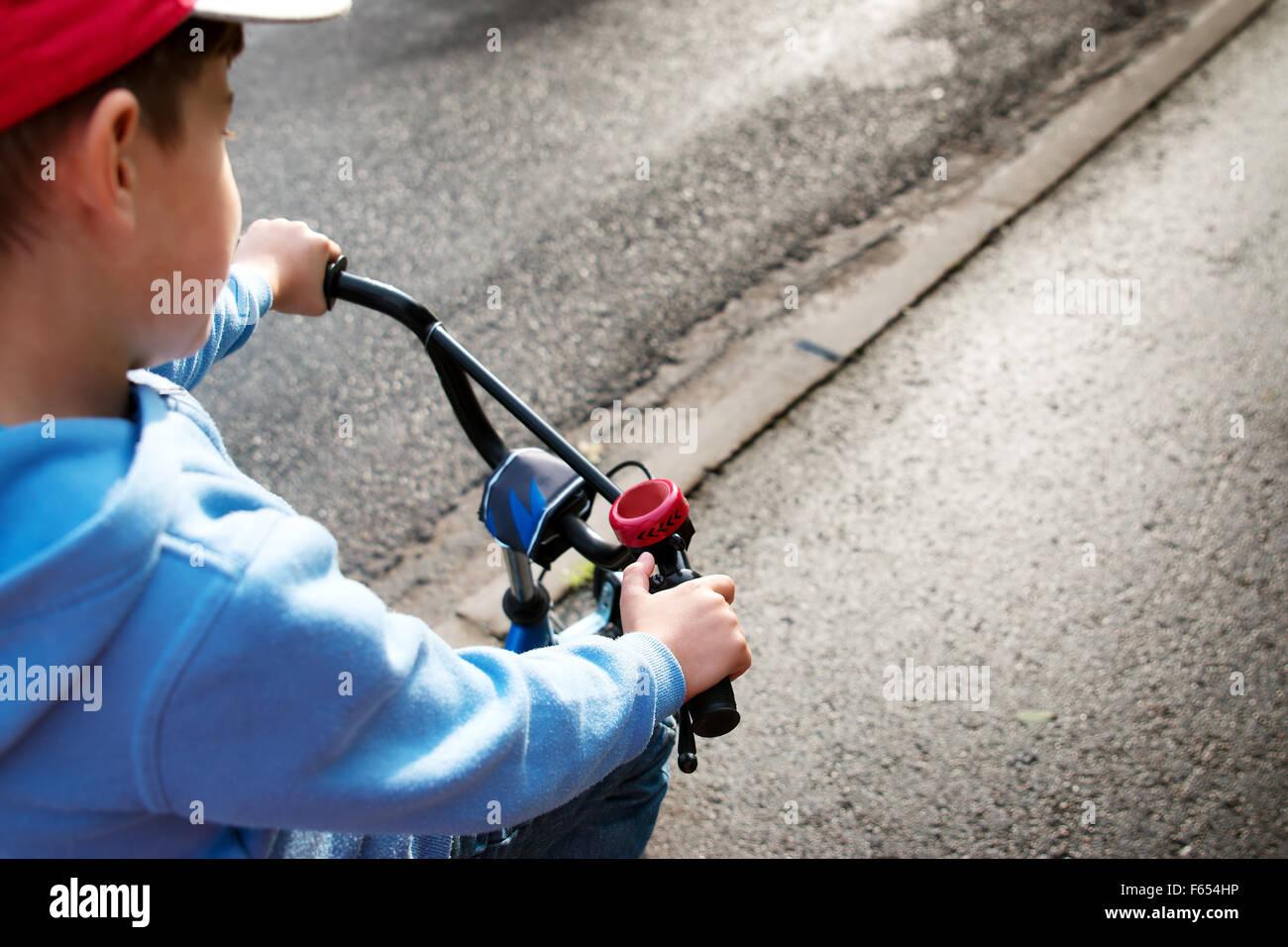 Ragazzo su una bicicletta Immagini Stock
