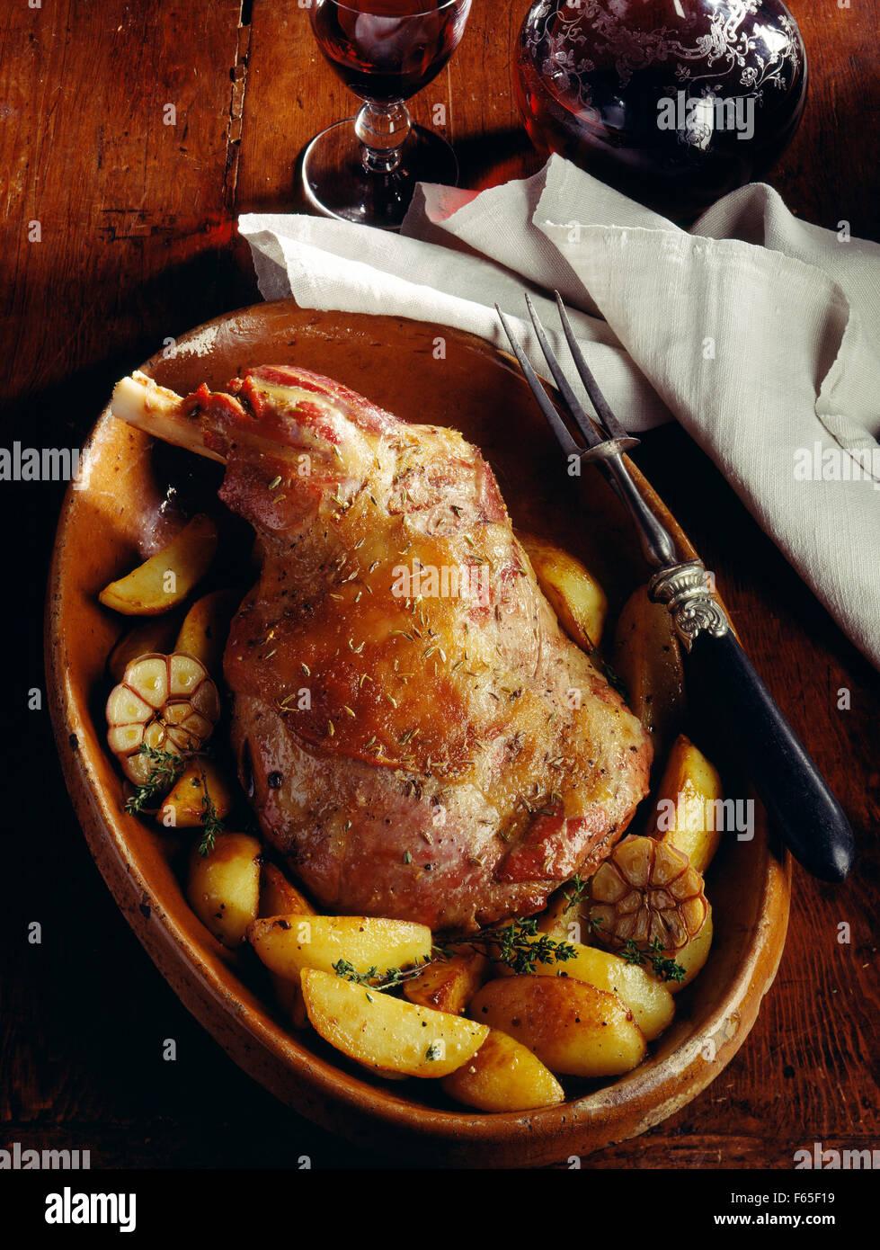 Spalla di agnello con aglio e patatoes Foto Stock