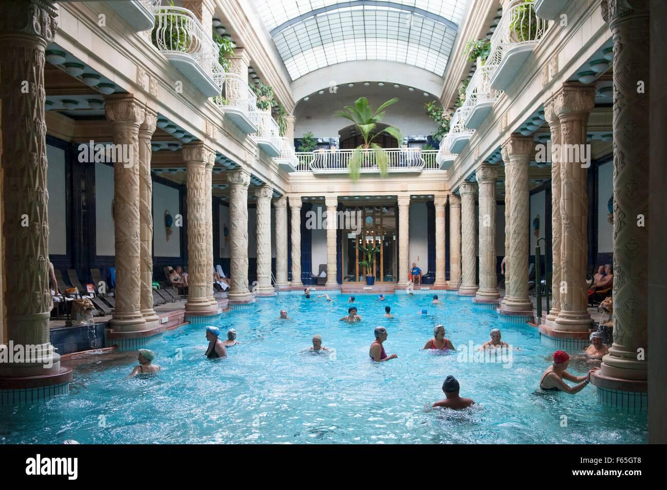Bagni Termali Gellert : La piscina nella hall principale dellart nouveau bagni termali