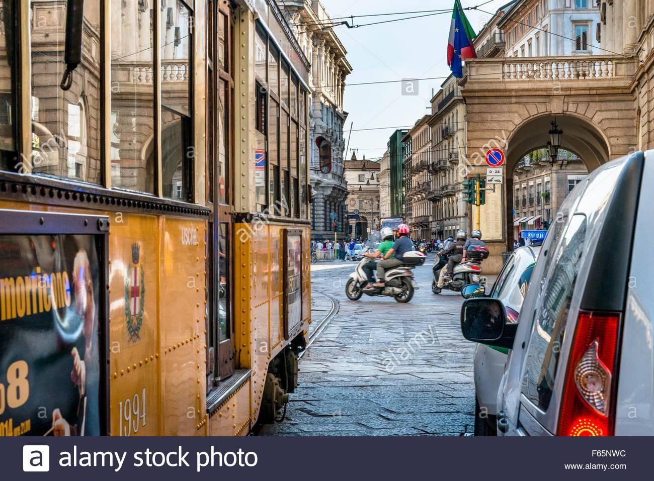 La fermata del tram ventotto è il più antico mezzo di trasporto in Milano e boati lungo le strade ogni Immagini Stock