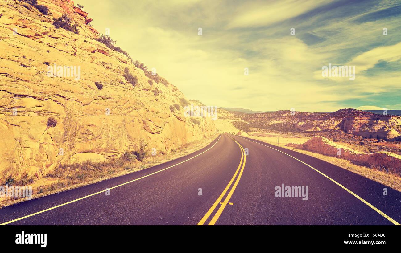 Vintage tonica empty road, concetto di viaggio foto. Immagini Stock