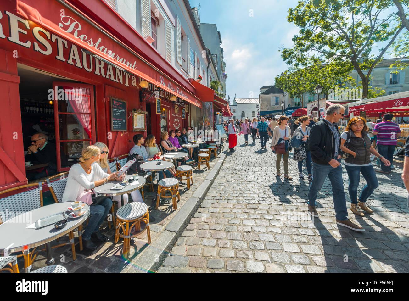 I ristoranti e le persone sulla strada di Montmartre, Parigi, Ile-de-France, Francia Foto Stock