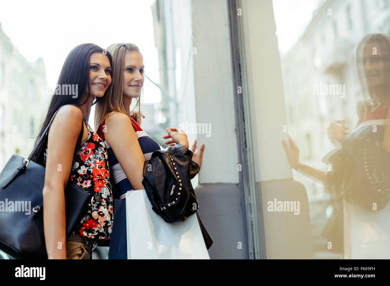 Belle Donne Shopping Spree sulla strada Immagini Stock