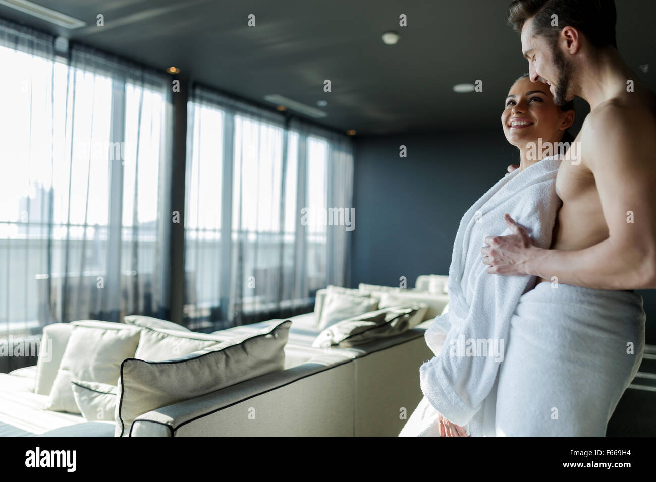 Matura in amore rilassante in un hotel benessere con una bellissima vista panoramica Immagini Stock