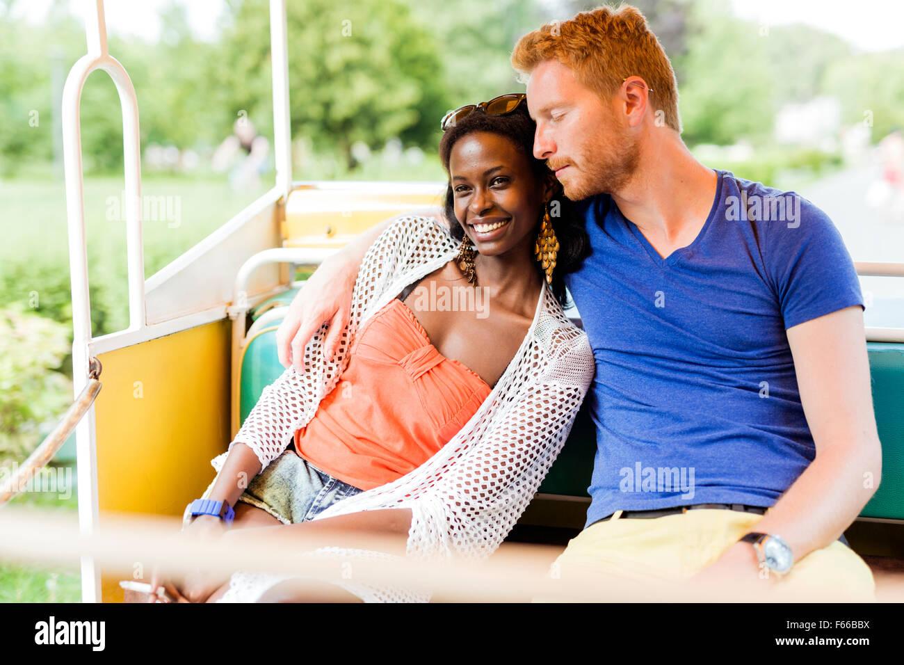 Matura in amore che viaggiano da una Ferrovia Scenica e di essere felice all'aperto Immagini Stock