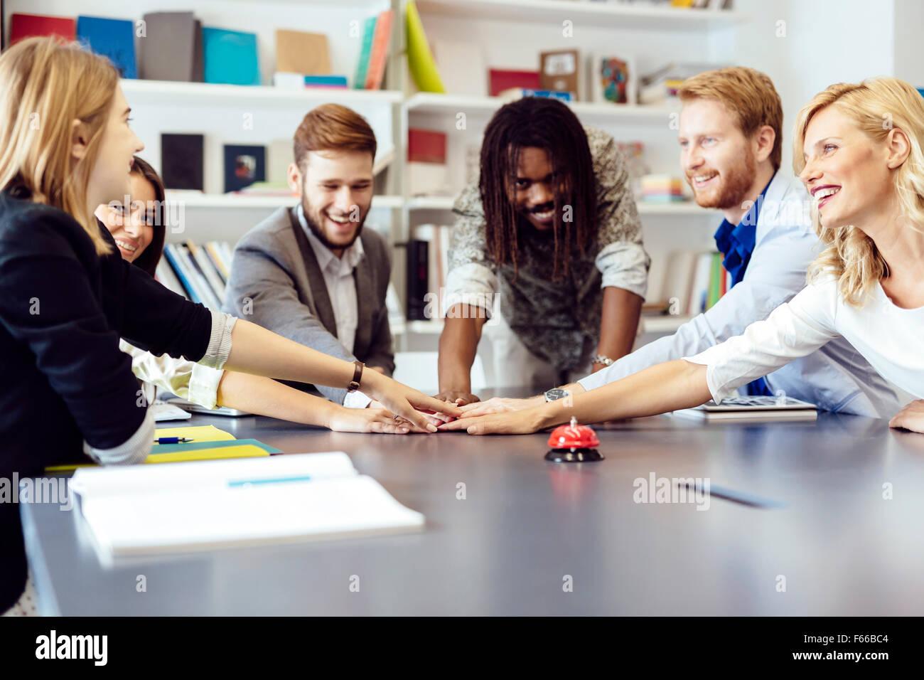Uniti come uno per conseguire gli obiettivi della società - ogni collega mettendo fatica nel progetto Immagini Stock