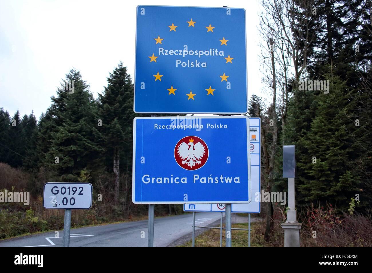 La Polonia e la Slovacchia, Muszynka 11th, nov. 2015 confine tra Polonia e  Slovacchia vicino al villaggio polacco di Muszynka. Indicazioni stradali  visualizzare i limiti di velocità in entrambi i paesi e