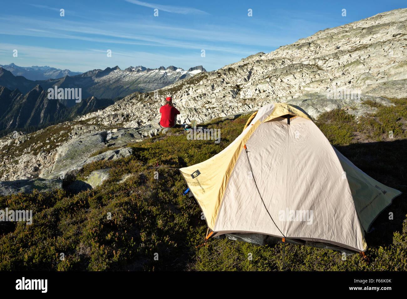 WASHINGTON - Campeggio sul lato del lago di nascosto i picchi in North Cascades porzione del monte Baker-Snoqualmie Immagini Stock