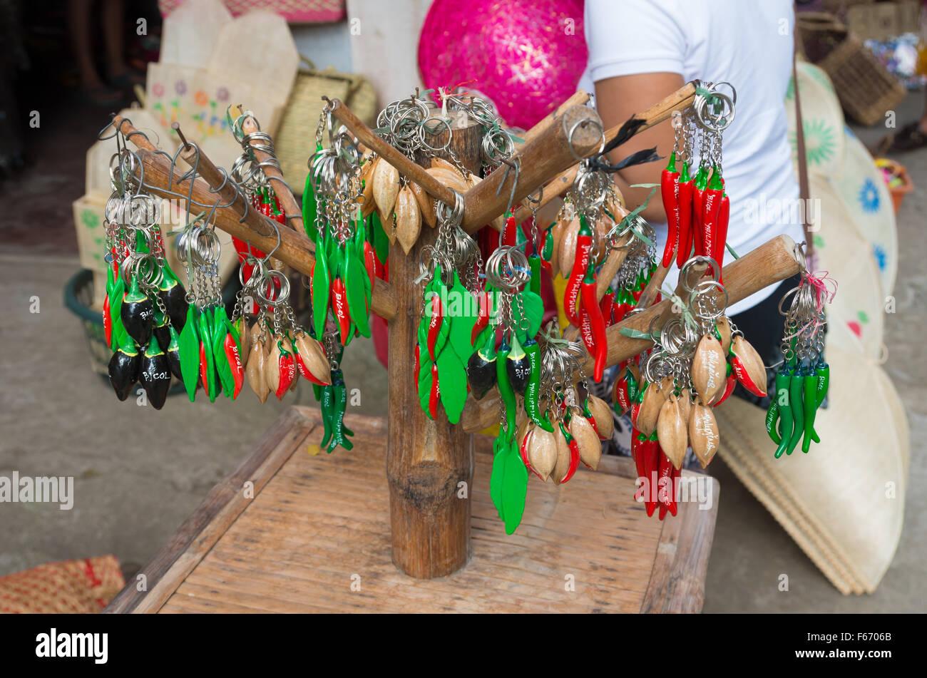 LEGAZPI, Filippine - Giugno 1, 2015: tradizionale rosso e verde peperoncino anello chiave negozio di souvenir presso Immagini Stock
