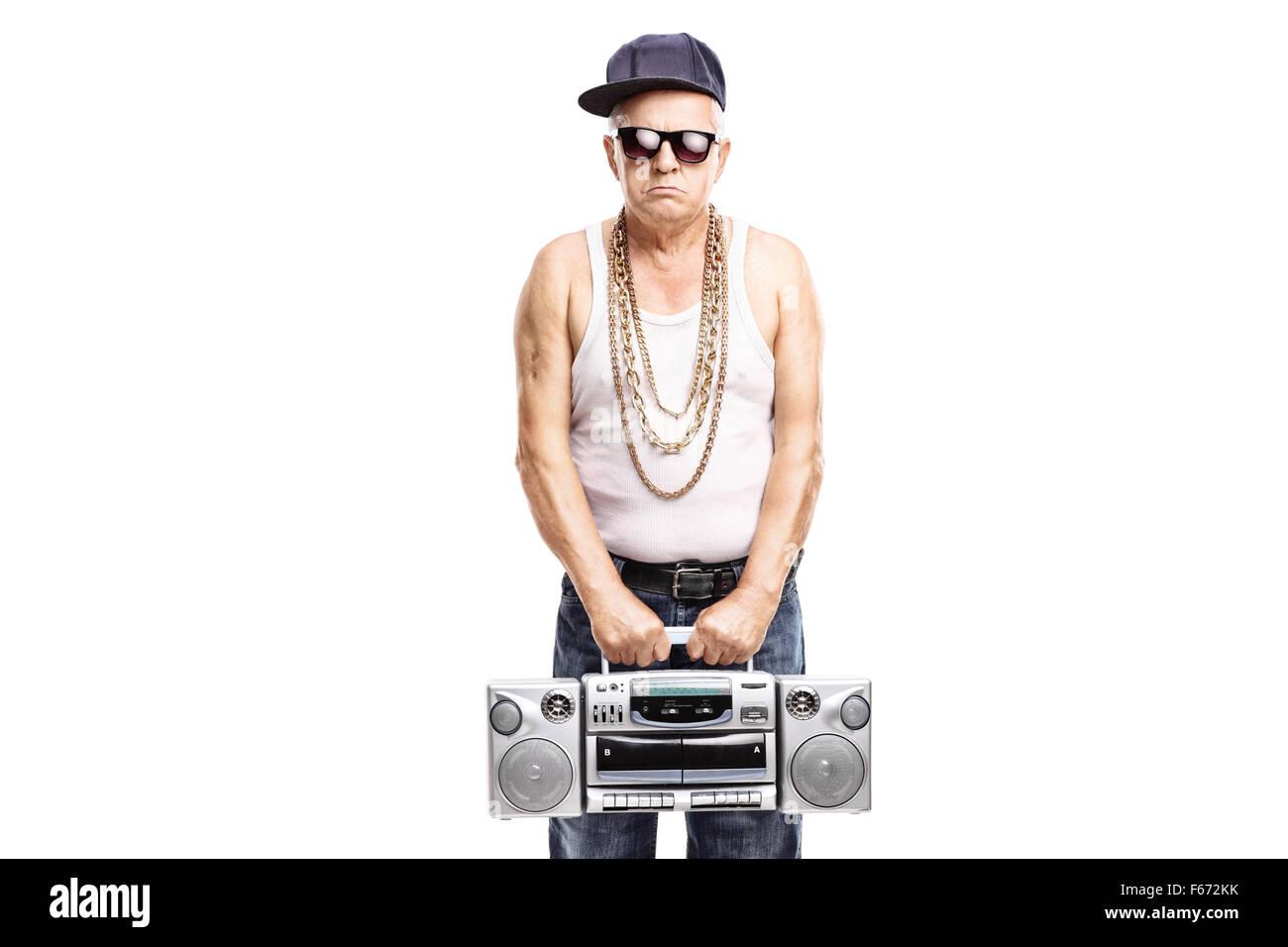 Il rapper maturo tenendo un ghetto blaster e guardando la telecamera  isolata su sfondo bianco Immagini facf193a5cbd