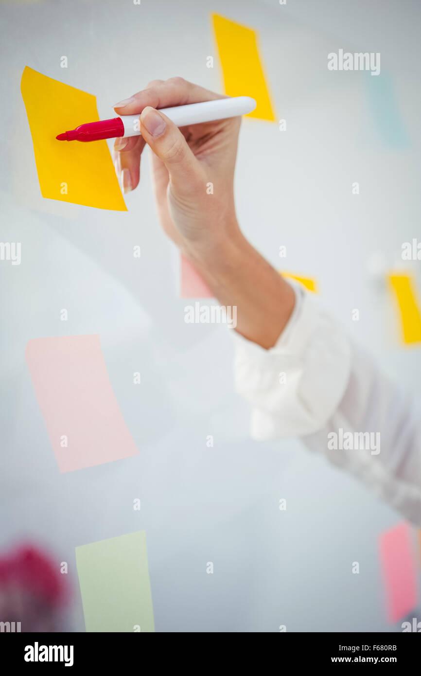 Vista ritagliata la scrittura a mano sulla nota adesiva Immagini Stock