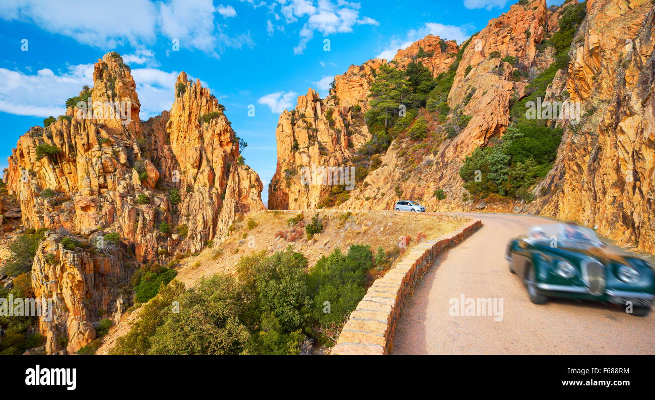 Montagne strada attraverso i Calanches de Piana, Golfe de Porto, Corsica, Francia, UNESCO Immagini Stock