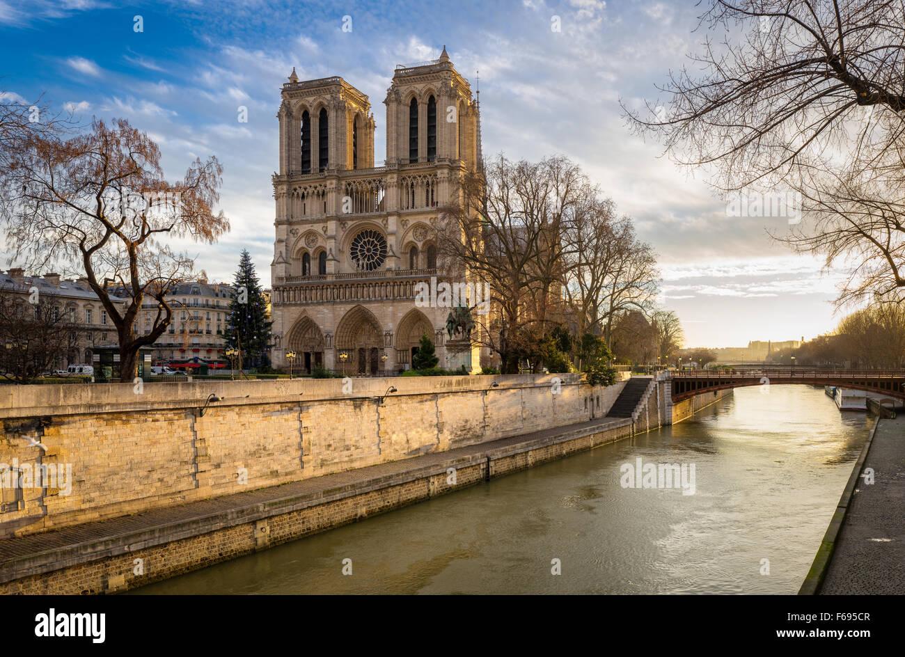 Notre Dame de Paris Cathedral e il Fiume Senna su un morbido inverno. La luce del mattino. Ile de la Cite, 4th Arrondissement, Immagini Stock