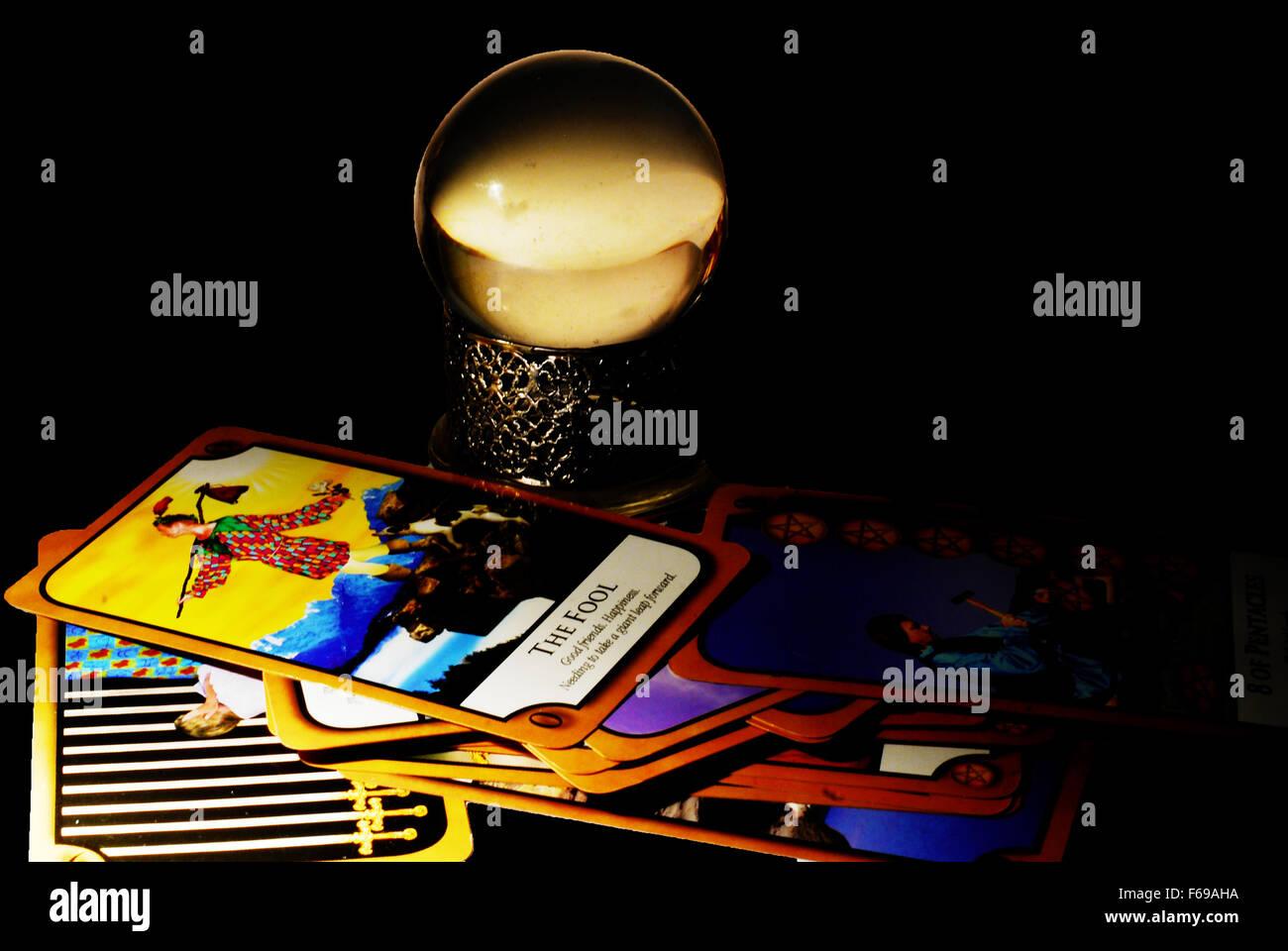 Sfera di cristallo,futuro,fortune teller ,gypsy,tarocchi,lettura,fool,SCHEDA, Immagini Stock