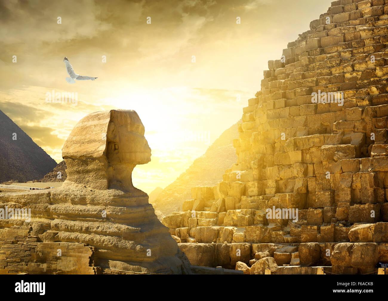 Grande Sfinge e piramidi sotto il sole luminoso Immagini Stock