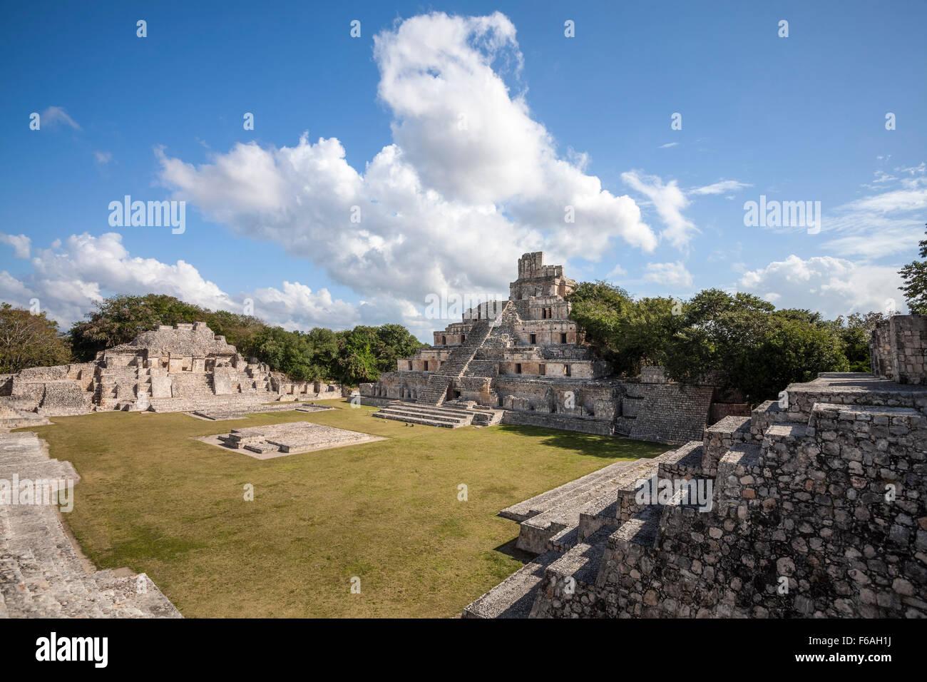La storia di cinque piramide e plaza principale delle rovine maya di edzna, Campeche, Messico. Immagini Stock