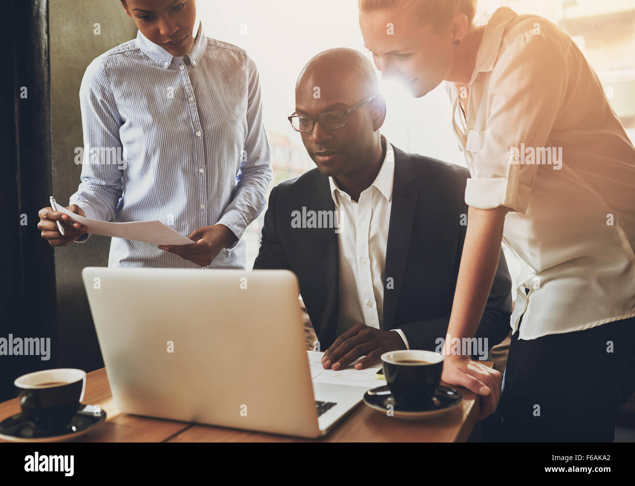Affari etnici persone, gli imprenditori che lavorano insieme utilizzando un computer portatile Immagini Stock