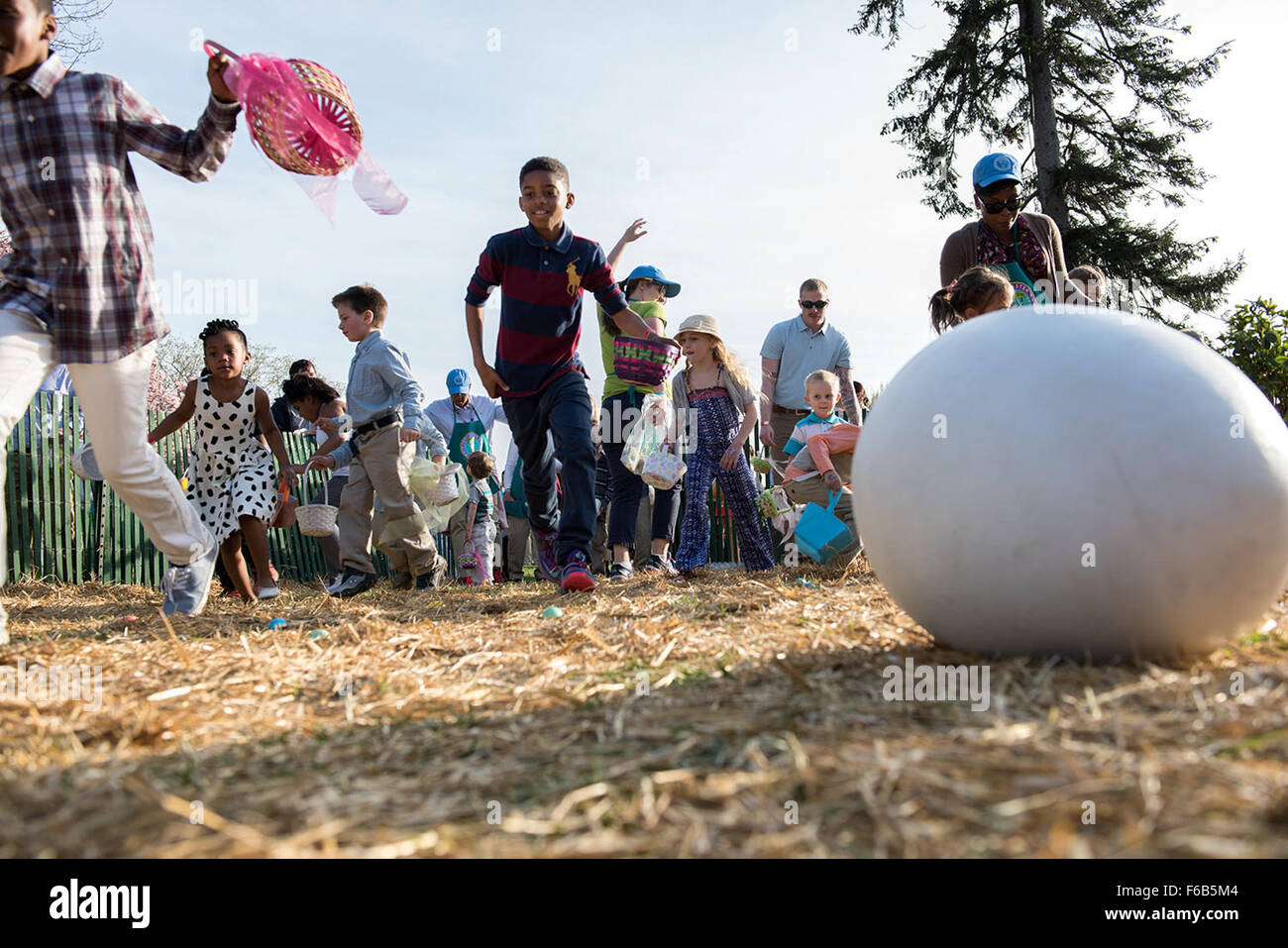 I Bambini a caccia di uova durante l annuale Easter Egg Roll sul prato Sud della Casa Bianca, 6 aprile 2015. Amanda Immagini Stock
