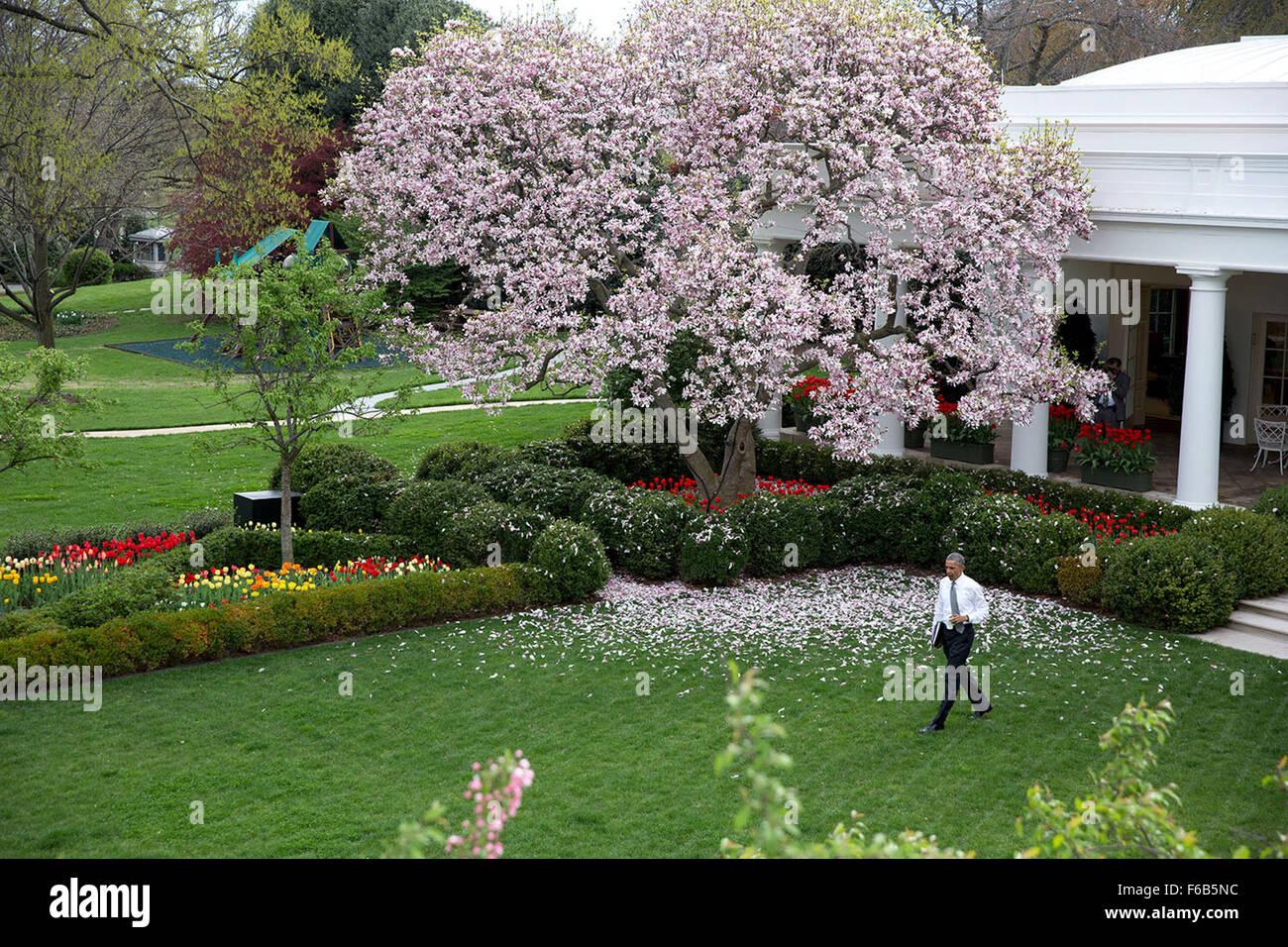 Il presidente Barack Obama passeggiate attraverso il Giardino delle Rose  della Casa Bianca sul suo modo di firmare il disegno di legge H.R. 2  Accesso