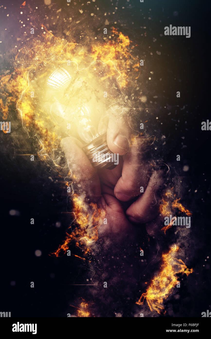 Potenza di energia creativa e di nuove idee e di intese, mano con lampadina come metafora di innovazione e creatività, Immagini Stock