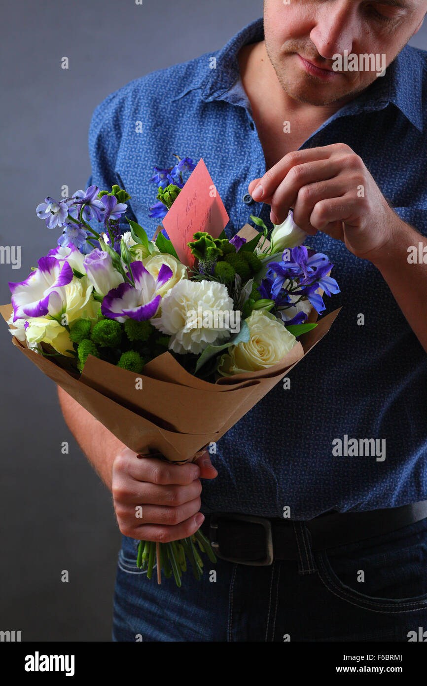Mazzo Di Fiori X Un Uomo.Uomo Con Un Bouquet Di Fiori Un Uomo Fa Una Proposta Per Una