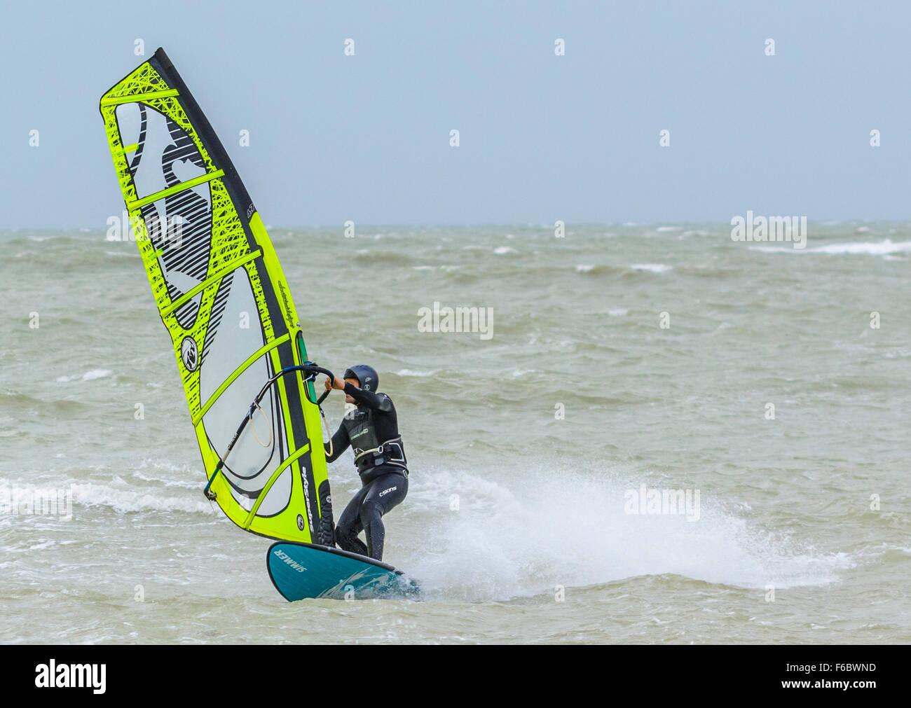 Windsurf su un mare agitato. Immagini Stock