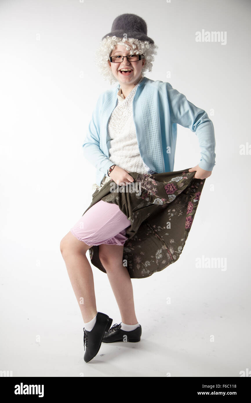 Regno Unito Galles; 15 novembre 2015. Donna in costume di OAP indossando scarpe di rubinetto pone in uno studio Foto Stock