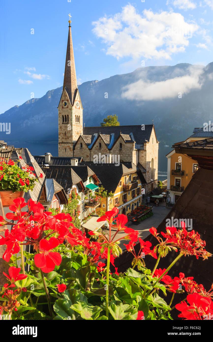 Hallstatt, in Austria Superiore è un villaggio nella regione del Salzkammergut, una regione in Austria. Foto Stock