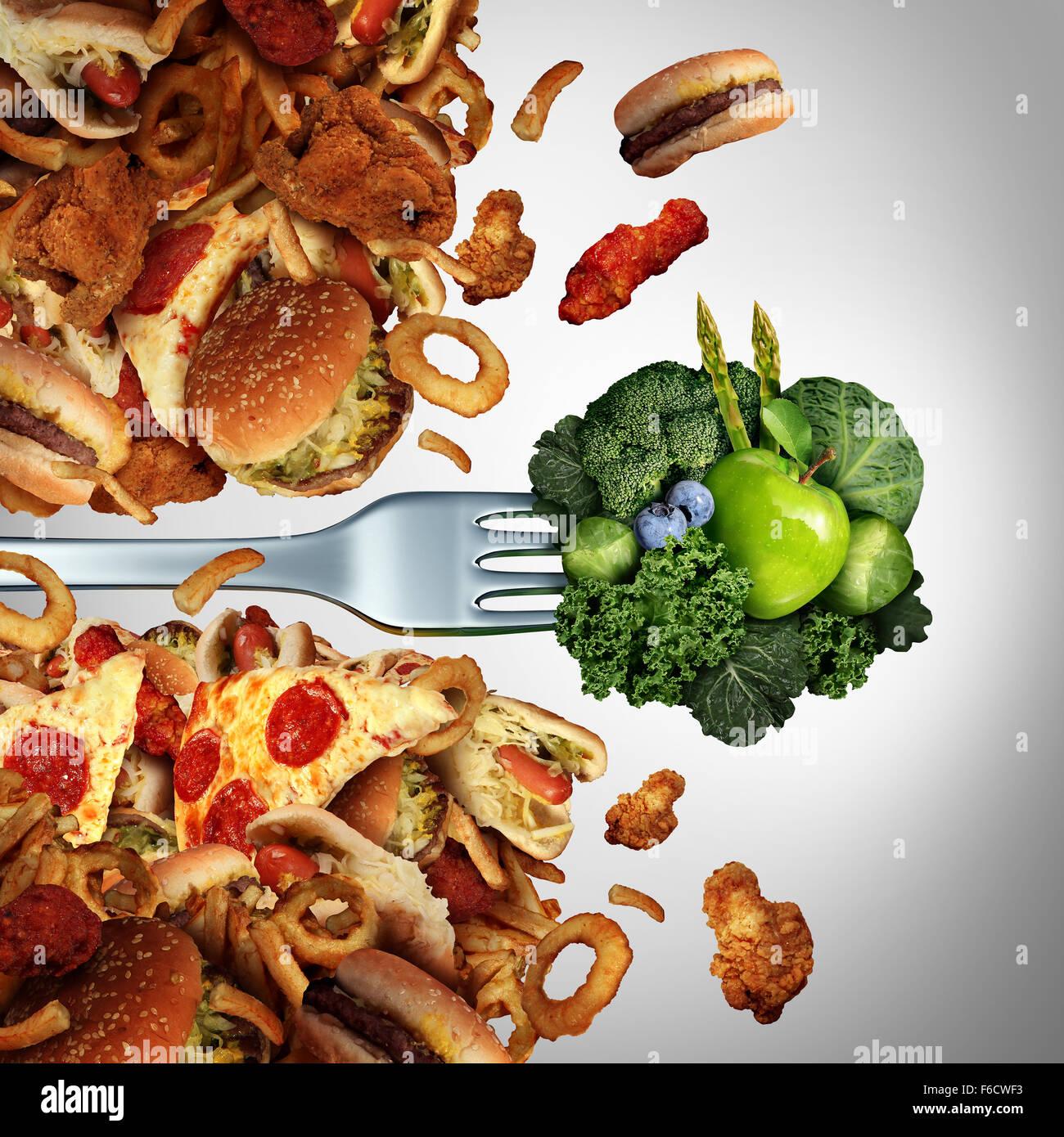 Dieta salute nutrizione rivoluzionario concetto come una forcella con verde sani frutti e verdure rottura attraverso Immagini Stock
