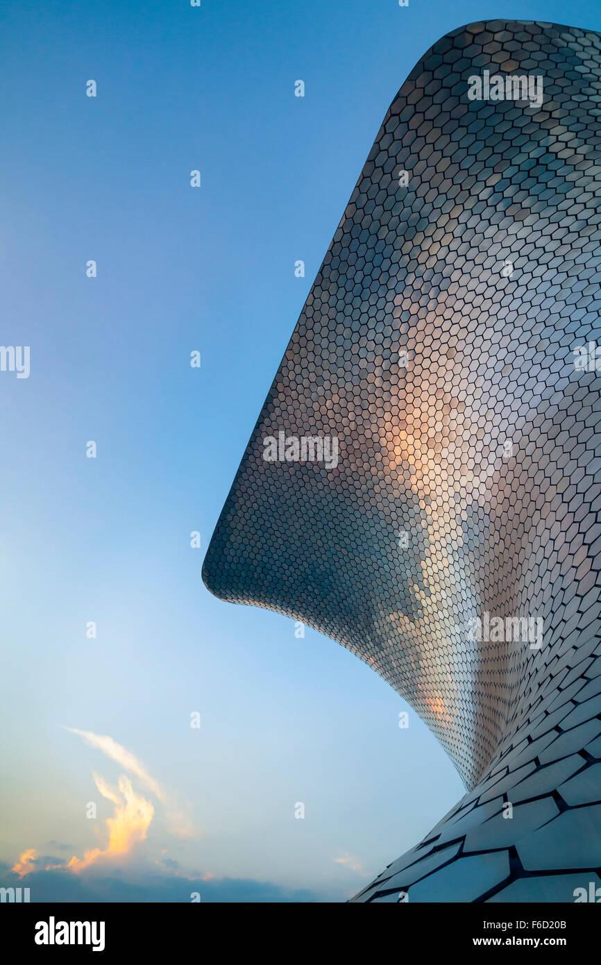 Il tramonto si riflette il moderno museo soumaya d'arte in città del Messico. Immagini Stock