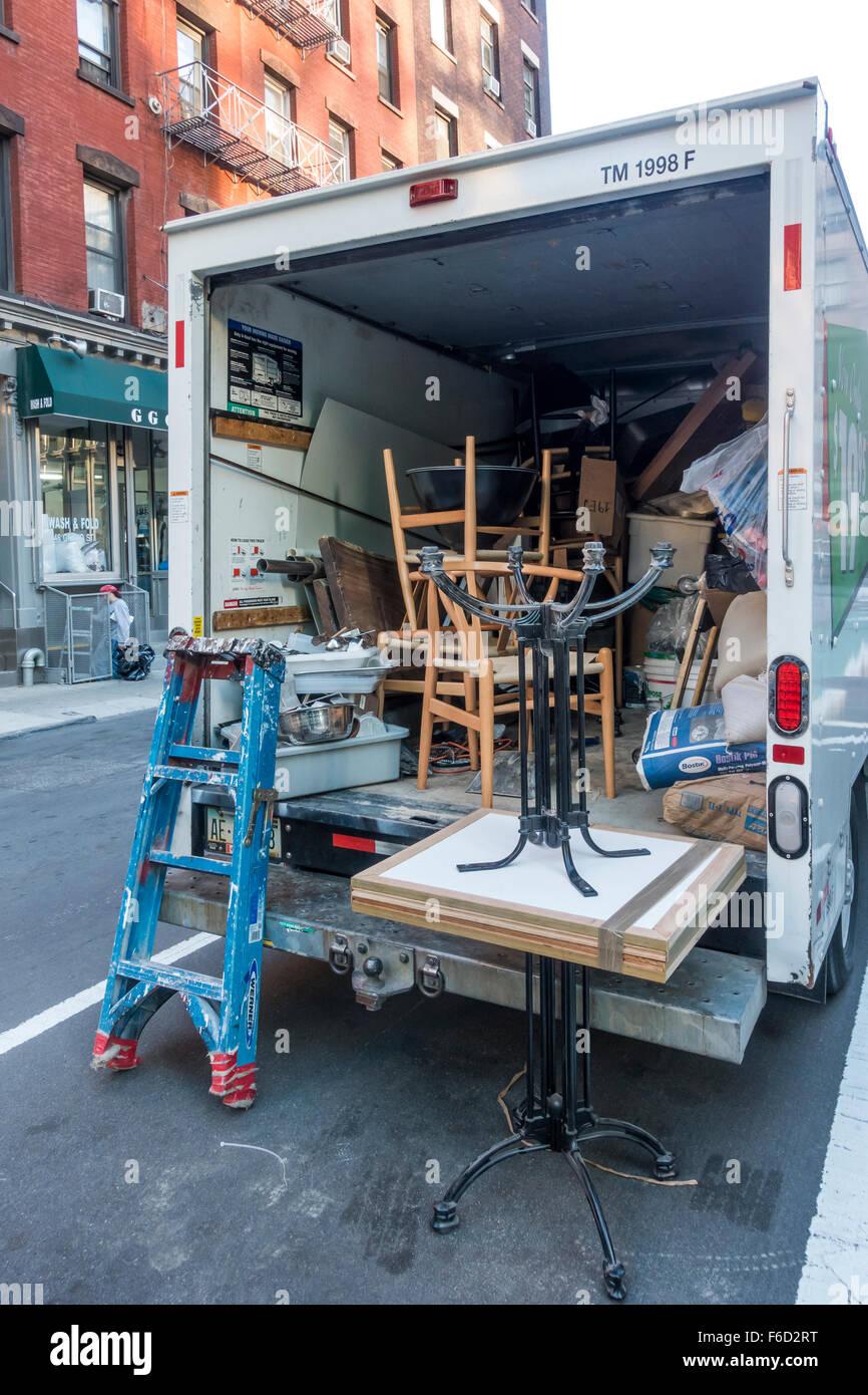 Spostando van trasportare mobili e forniture di costruzione nella città di New York Immagini Stock
