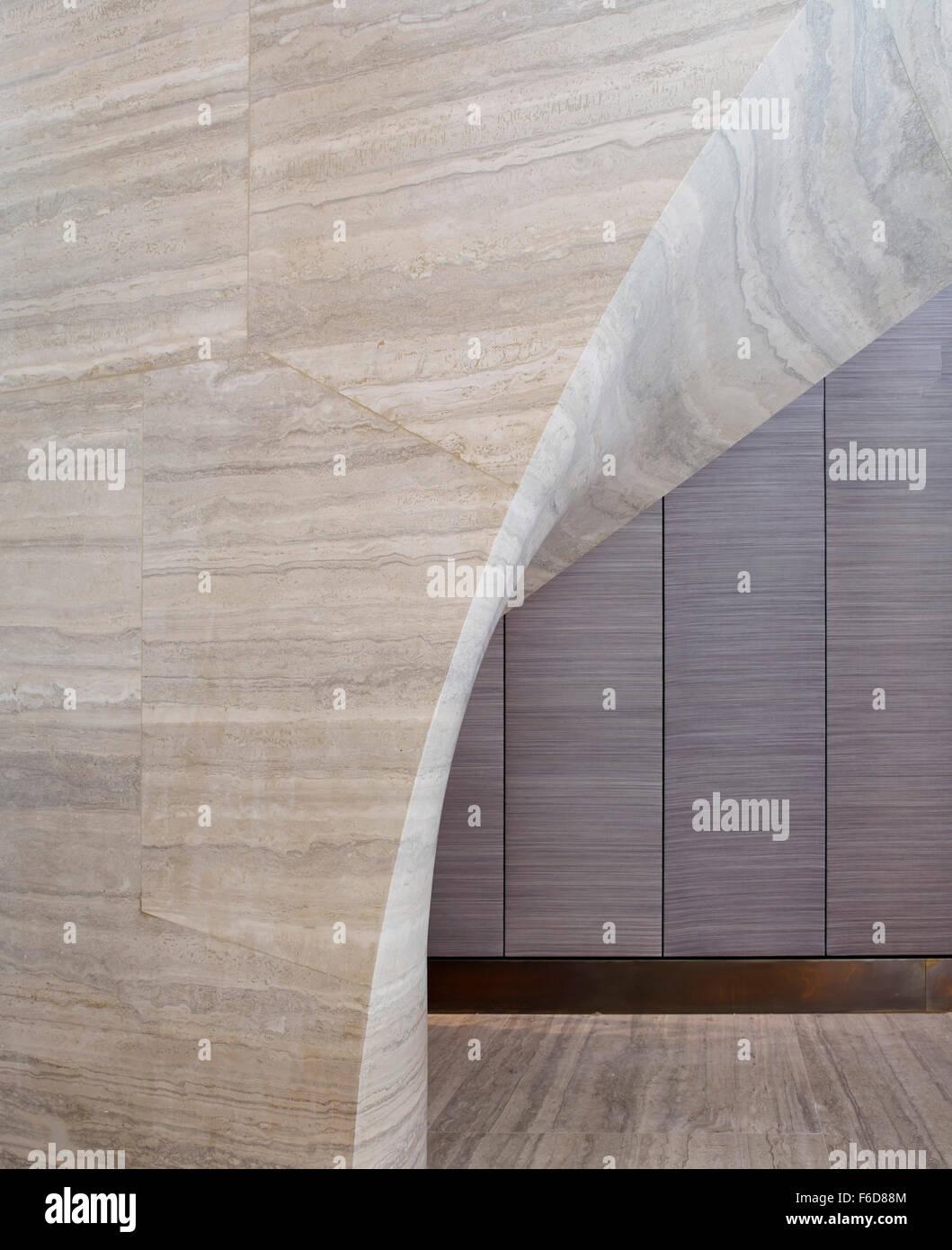Curvatura e intradosso. Scala in travertino, Londra, Regno Unito. Architetto: Jamie Fobert architetti, 2015. Immagini Stock
