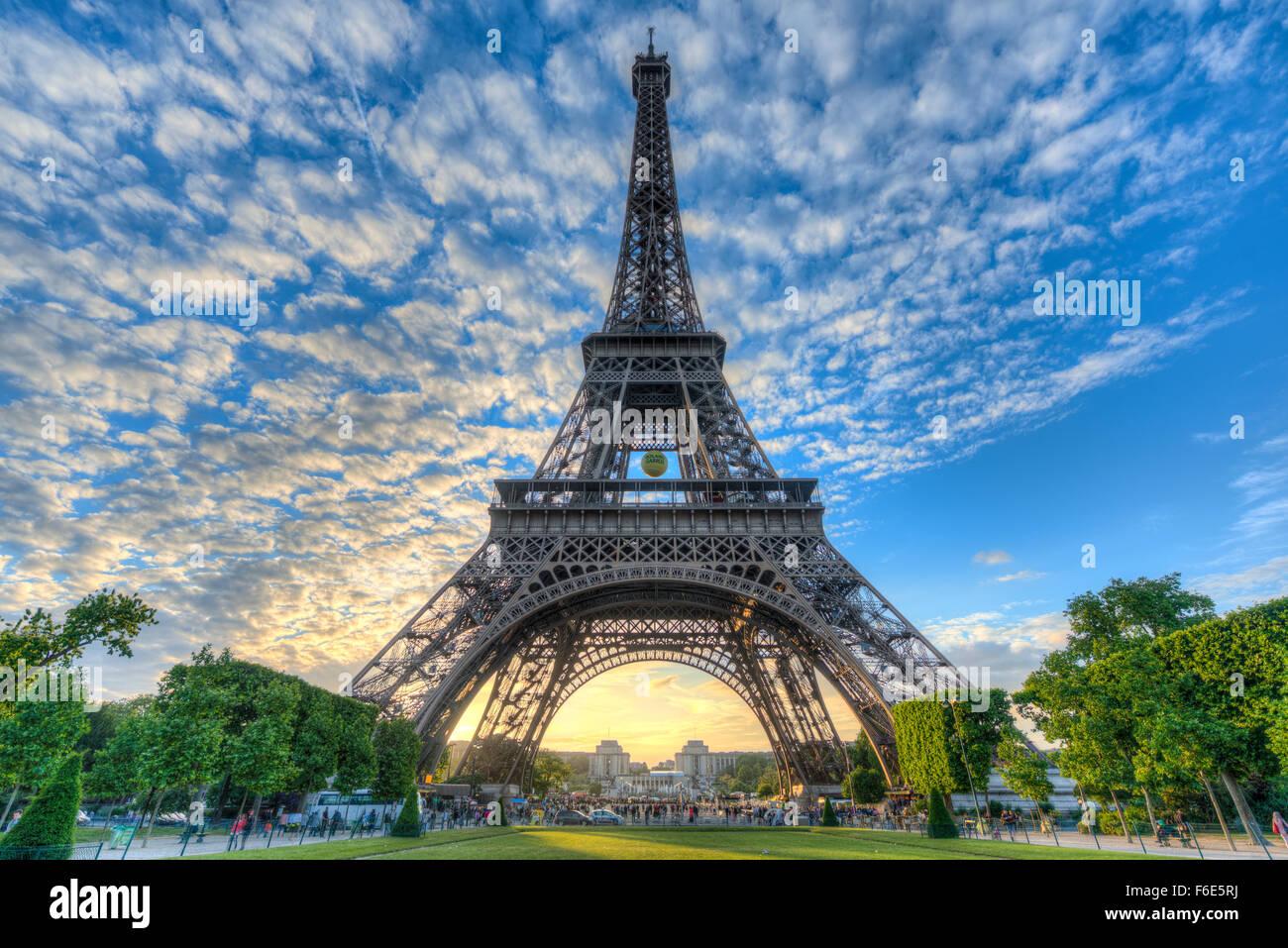 Atmosfera serale, Torre Eiffel e Champ de Mars, Parigi, Ile-de-France, Francia Immagini Stock