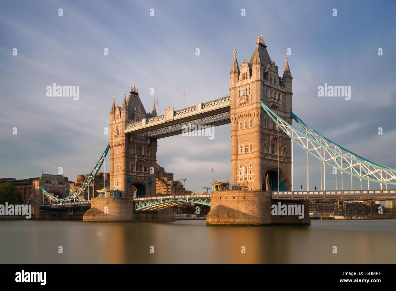 Il Tower Bridge nel sole della sera - una lunga esposizione versione, Londra, Inghilterra Immagini Stock