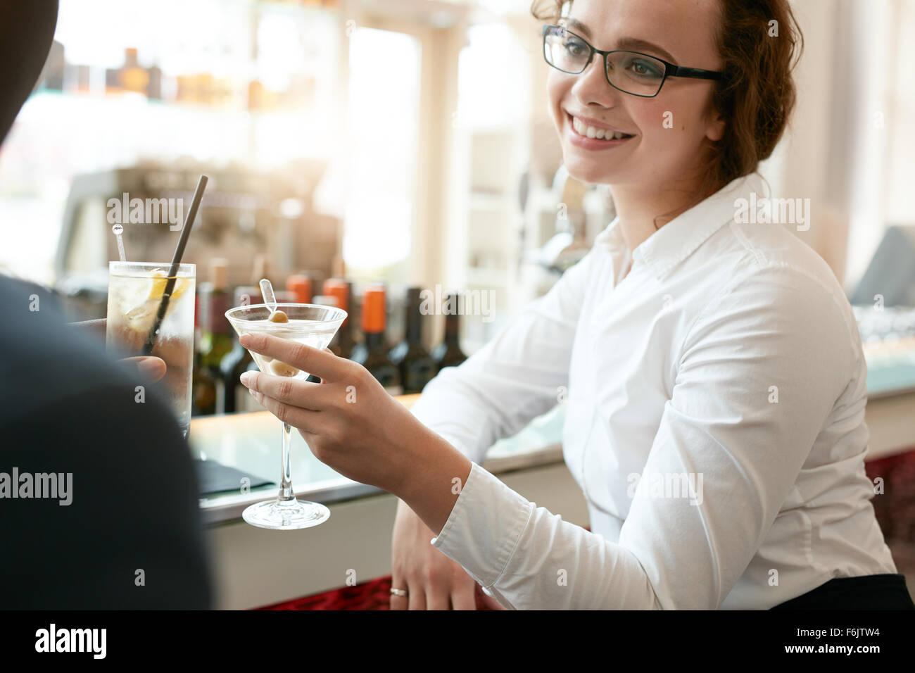 Young business woman tostare le bevande con un collega presso il cafe. Imprenditrice caucasici con partner avente Immagini Stock