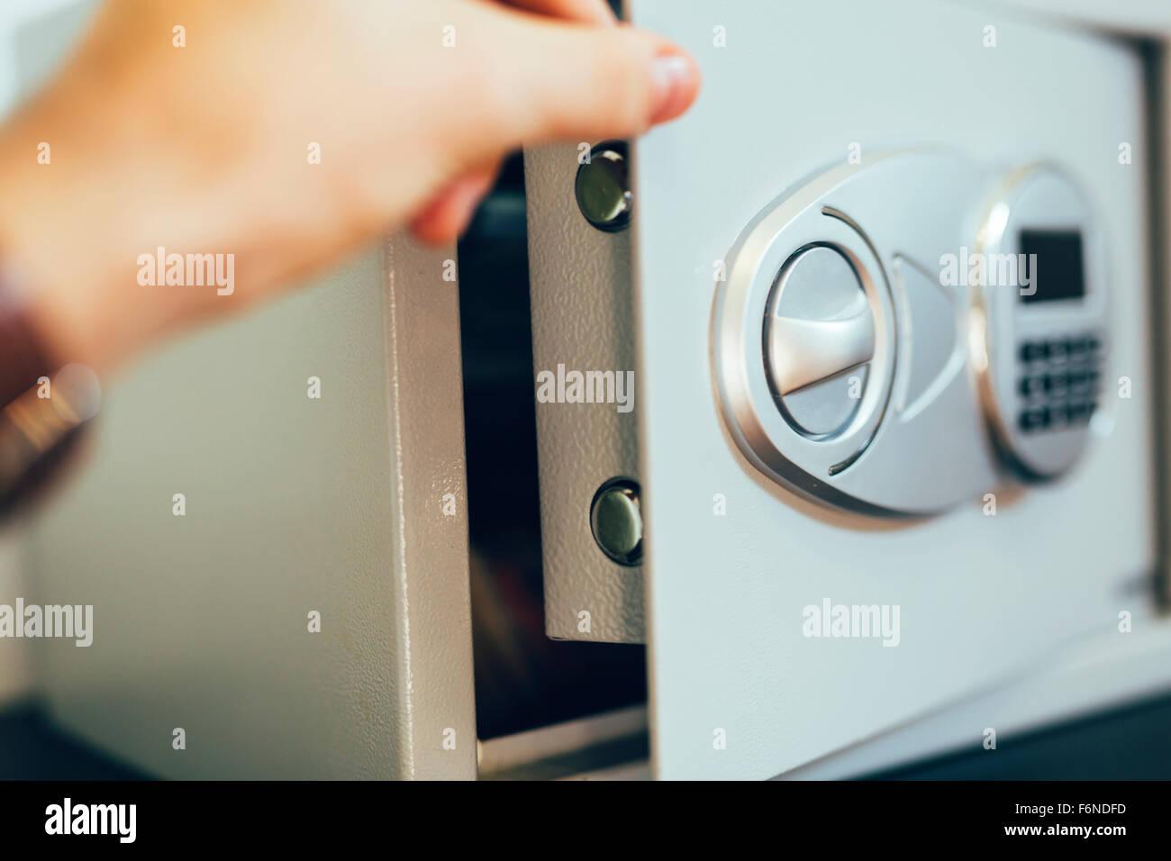 Apertura di una cassetta di sicurezza dove il denaro è depositato Immagini Stock