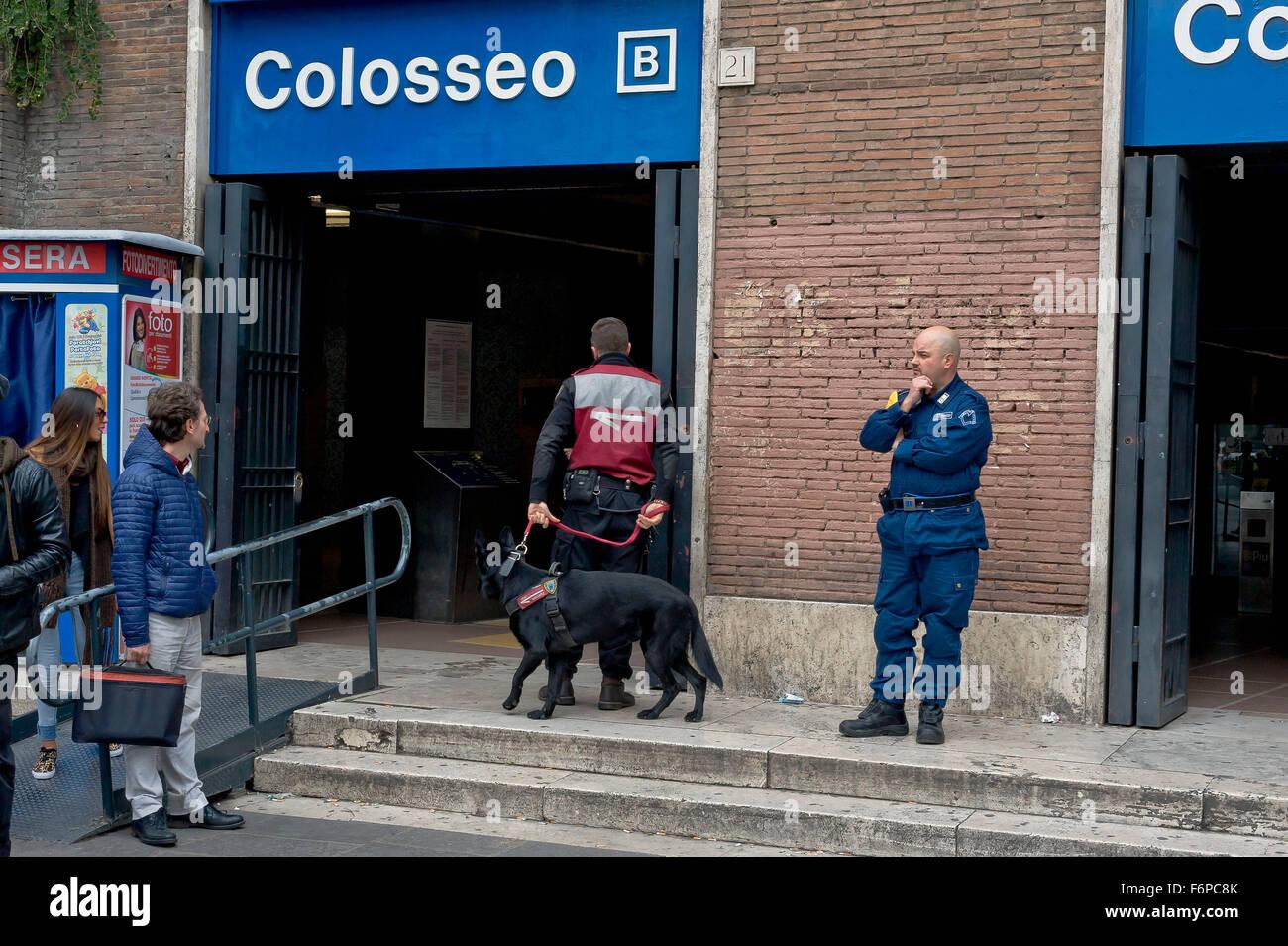 Roma, Italia. 18 Novembre, 2015. Rafforzare le misure di sicurezza, i controlli nelle stazioni della metropolitana Immagini Stock