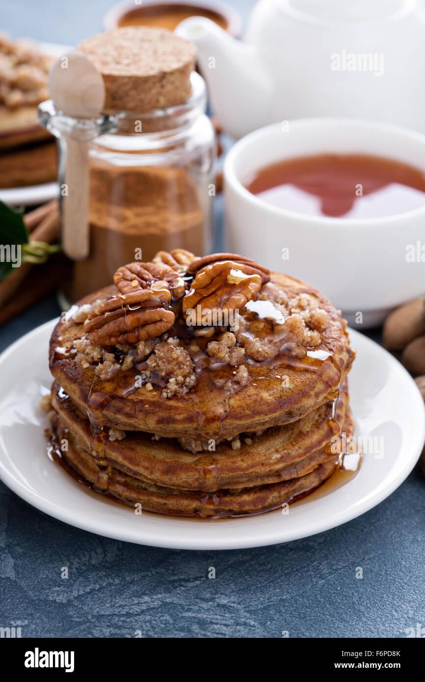 La cannella e spezie pancake con strato di crumble e noci pecan Immagini Stock
