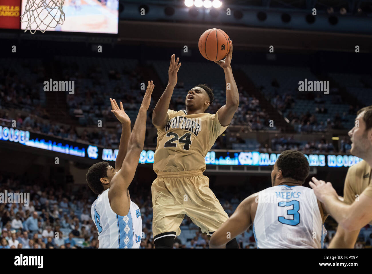 Chapel Hill, North Carolina, Stati Uniti d'America. Xviii Nov, 2015. Wofford Terrier avanti Justin Gordon (24) Immagini Stock