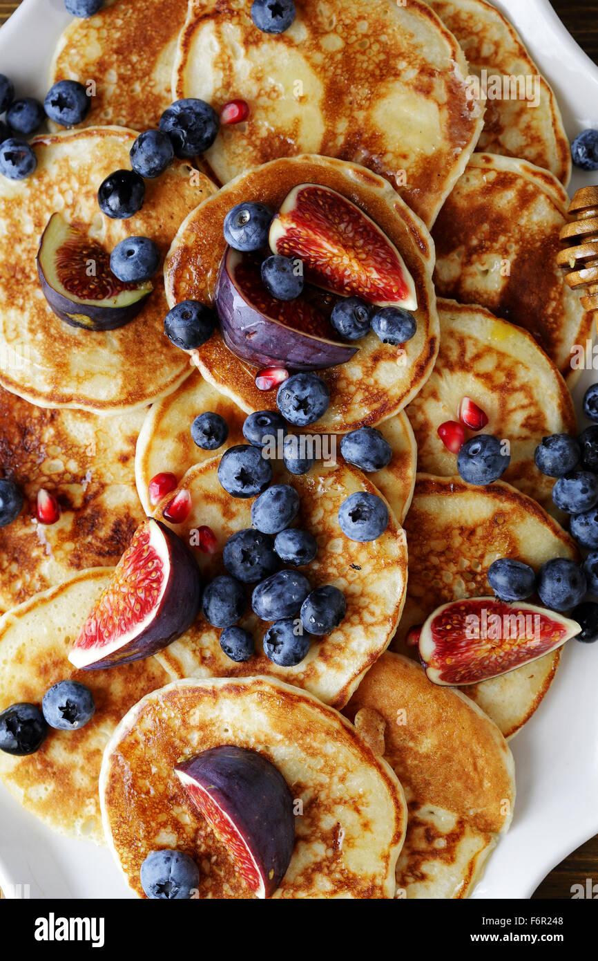 Pancake con mirtilli e miele, parte superiore Immagini Stock