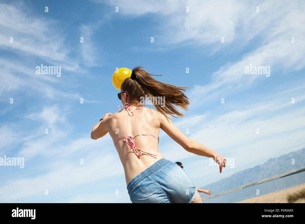 Giovane donna a giocare a beach volley Immagini Stock