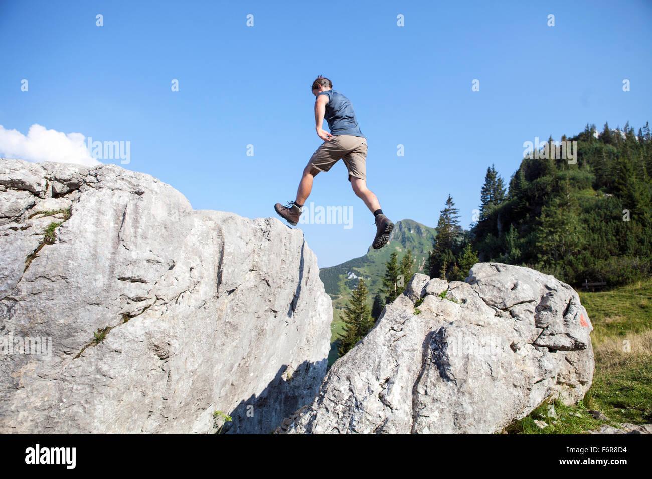 Giovane uomo escursioni nel paesaggio di montagna Immagini Stock