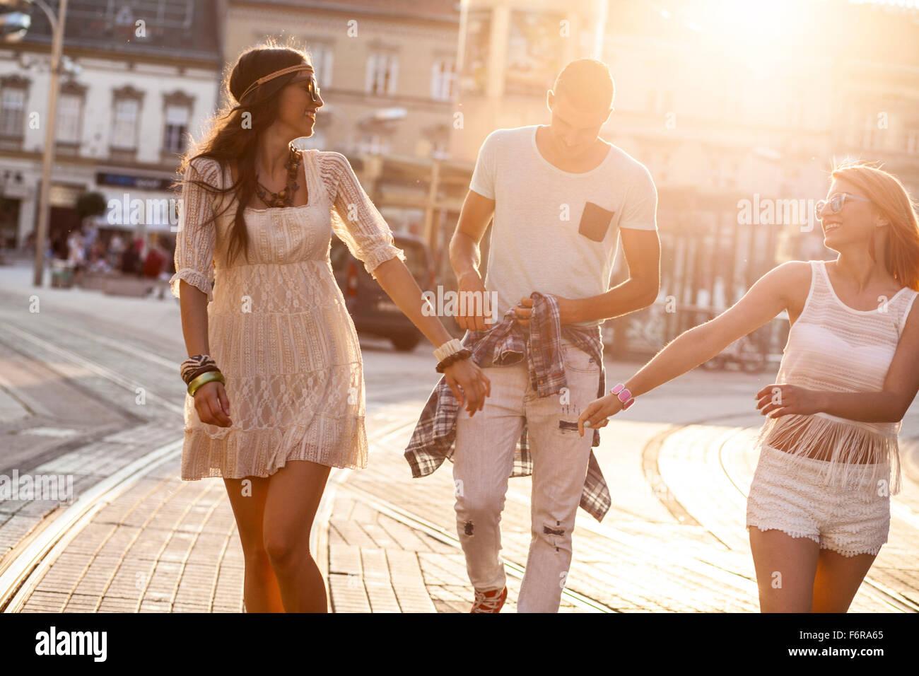 I giovani in stile hippie fashion camminando sulla strada Immagini Stock
