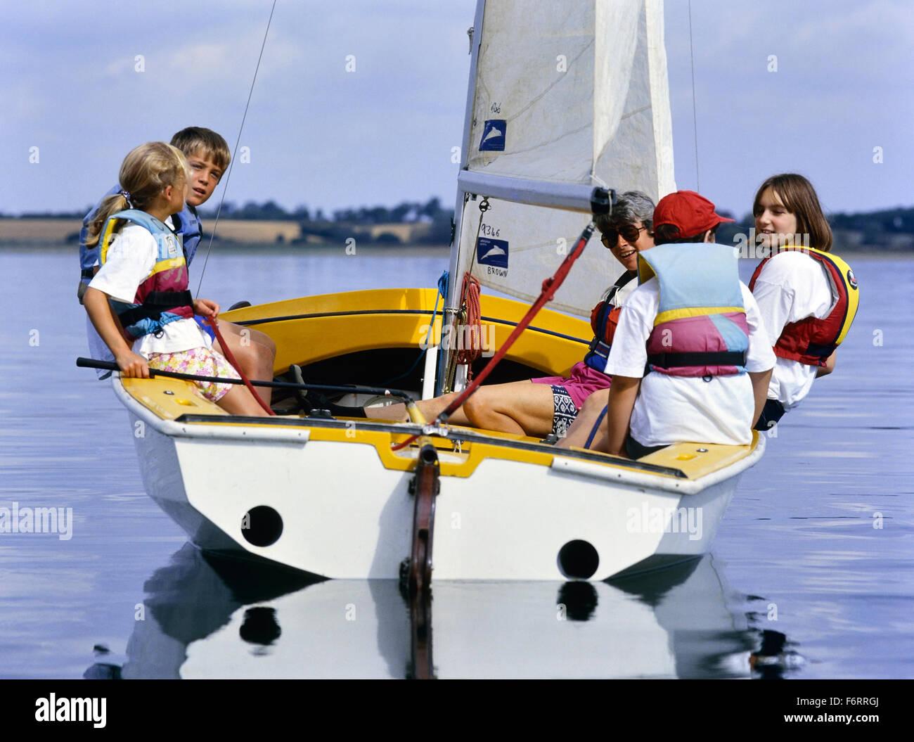 I bambini sulla vela Grafham acqua. Huntingdon. Cambridgeshire. In Inghilterra. Regno Unito Immagini Stock