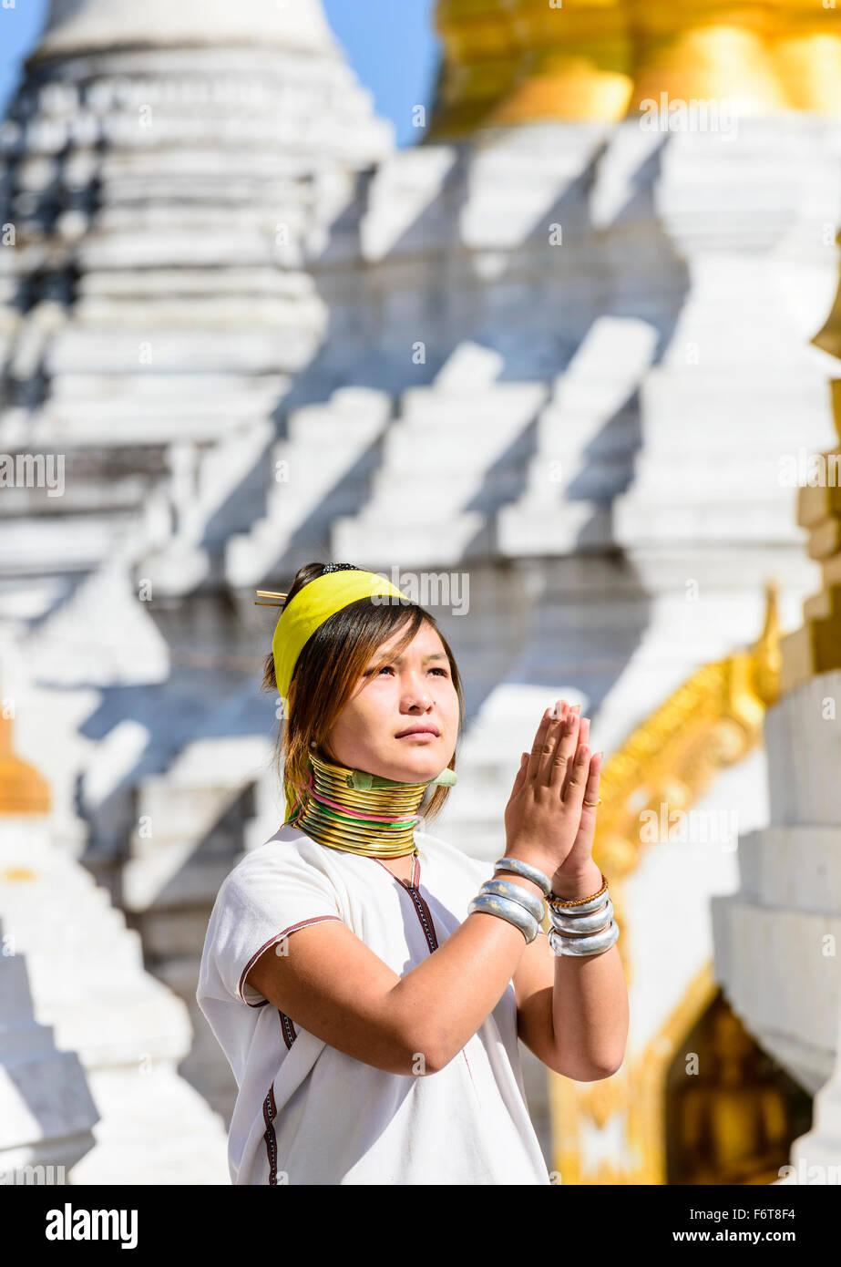 Donna asiatica facendo danza tradizionale al tempio Immagini Stock