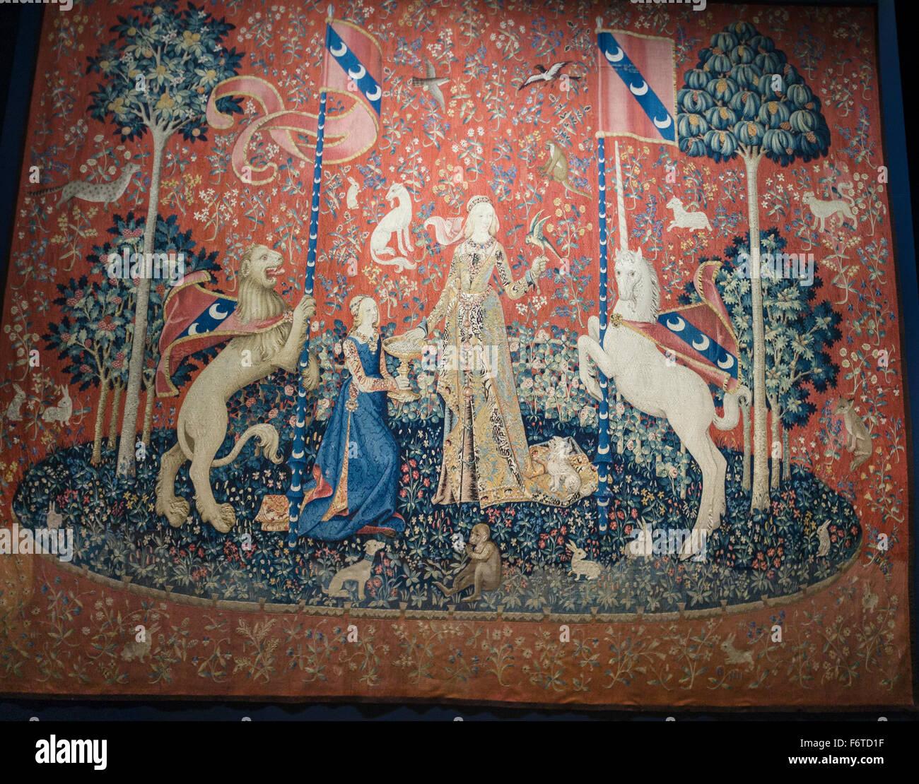 Lady e la tappezzeria di Unicorn: gusto. Uno di una serie di famosi arazzi che coinvolge una donna e un unicorno Immagini Stock