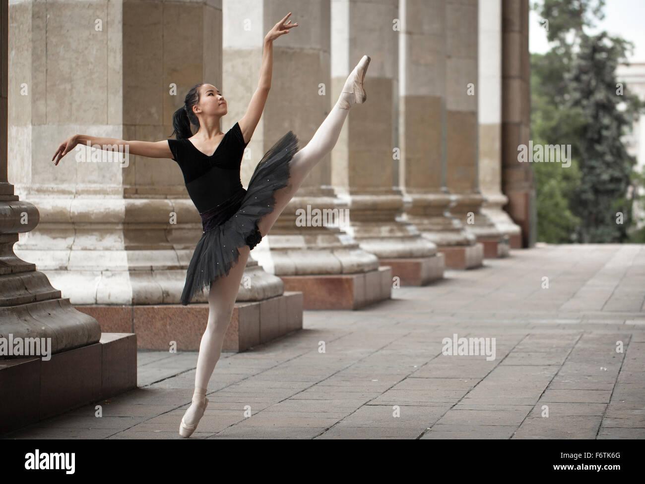 Ragazza ballerina flats permanente sulla tiptoes sulla strada Immagini Stock